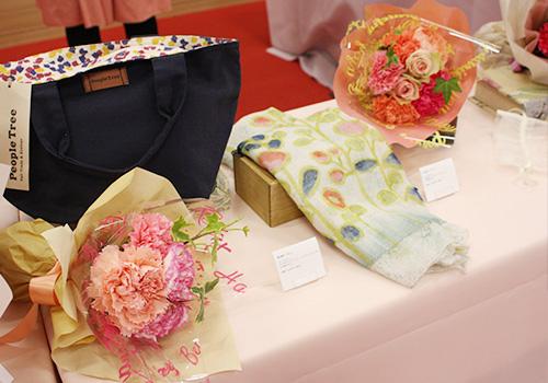 日比谷花壇 ピープルツリー「手織りハンドペイント ストール」と花束のセット ピープルツリー「ペタルドットプリント ジップトートバッグ」と花束のセット