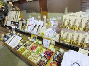 琵琶湖に浮かぶパワースポット 竹生島:本堂お土産屋